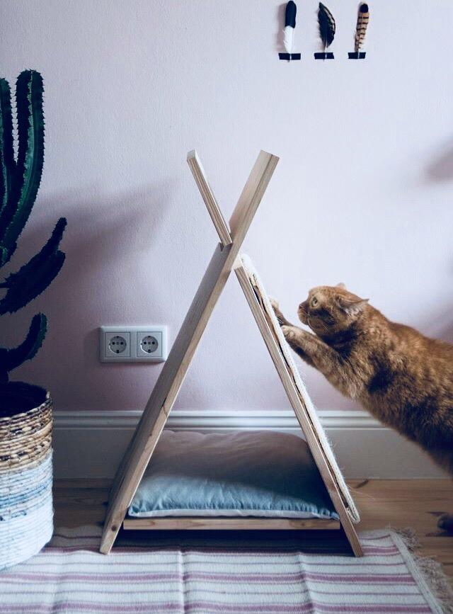 Домики, лежанки и аксессуары для кошек